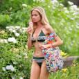 Denise Richards se détend en bikini et tongs près d'une piscine à San Diego. Le 28 juillet 2015.