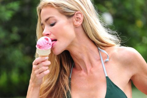 Denise Richards : Sexy et gourmande en vacances !