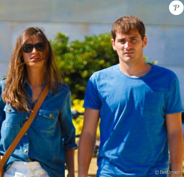 Iker Casillas et sa belle Sara Carbonero jouent les touristes sur le front de mer à Porto, le 30 juillet 2015