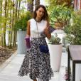 Jessica Alba se rend au siège de Honest à Santa Monica, habillée d'un top blanc, d'une jupe plissée Camilla and Marc (collection printemps-été 2015) et de sandales grises. L'actrice porte également un sac et une pochette Chanel. Le 30 juillet 2015.