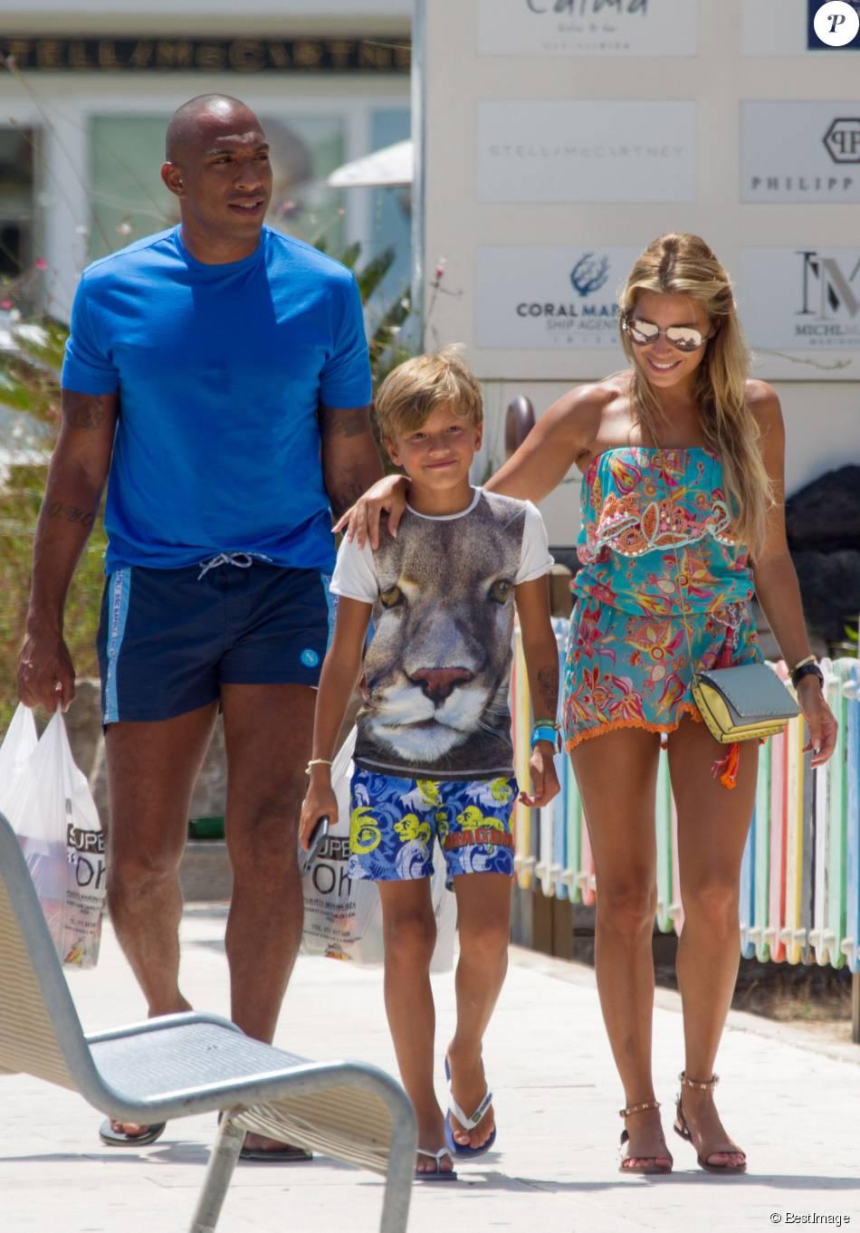 Sylvie Meis, son fils Damian Van Der Vaart et son compagnon Maurice Mobetie sont en vacances à Ibiza, le 29 juillet 2015.