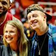 Macklemore, sa fiancée Tricia Davis et Lebron James lors du match entre le Miami et les Suns de Phoenix à Miami, le 25 novembre 2013