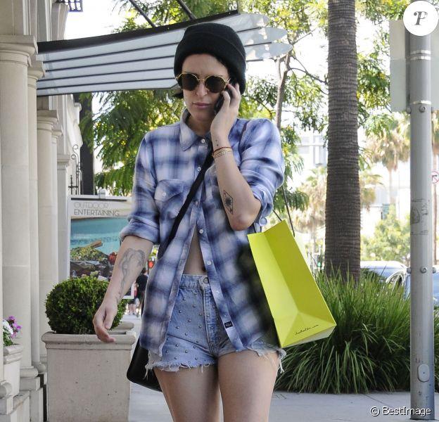 Rumer Willis fait du shopping, une attelle au pied, dans les rues de Beverly Hills, le 3 aout 2015