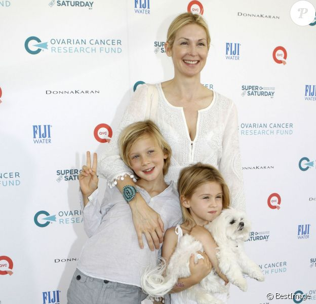 """Malgré la perte définitive de la garde de ses enfants, qu'elle a pour tout l'été en vacances, l'actrice Kelly Rutherford, son fils Hermes et sa fille Helena ont assisté à l'oeuvre caritative """"Ovarian Cancer Research Fund's Super Saturday"""" à Water Mill. Le 25 juillet 2015 PLEASE HIDE CHILDREN'S FACE PRIOR TO THE PUBLICATION - 51808939 Actress Kelly Rutherford was in good spirits while attending the Ovarian Cancer Research Fund's Super Saturday NY at Nova's Ark Project with her two children on July 25, 2015 in Water Mill, New York. Kelly posed for playful photos with Hermes, 8, Helena, 6, despite her ongoing custody battle with ex-husband Daniel Giersch, which has lasted for more than six years. Kelly just took a blow to her custody case in California and has her children with her until the end of Summer, but the case is not looking good for her...26/07/2015 - Water Mill"""