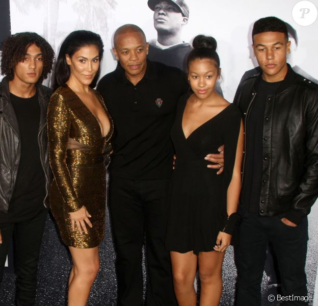 """Dr. Dre, sa femme Nicole et leurs enfants assistent à l'avant-première du film """"Straight Outta Compton"""" au Microsoft Theater. Los Angeles, le 10 août 2015."""