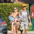 Elsa Pataky emmène ses enfants Tristan, Sasha et India au parc à Malibu, le 19 août 2014. Elle est accompagnée de son père.