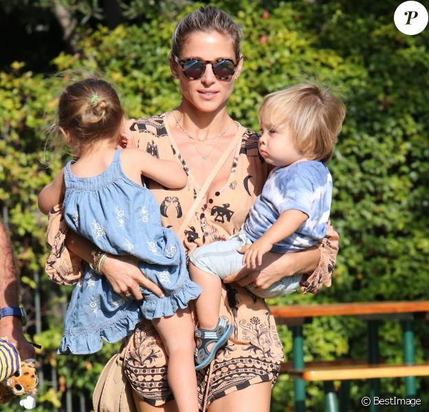 Elsa Pataky emmène ses enfants Tristan, Sasha et India au parc à Malibu, le 19 août 2014.