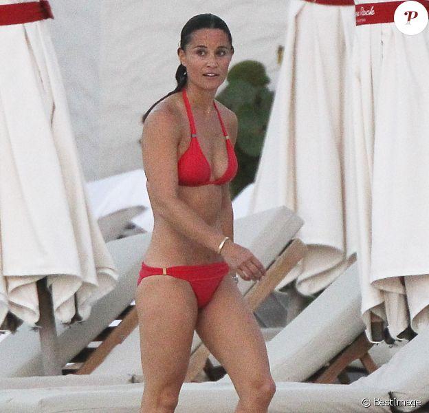 Exclusif - Pippa Middleton en vacances à Saint-Barthélémy à la célèbre plage de l'Eden Rock le 22 août 2015.