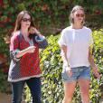Exclusif - Jennifer Love Hewitt se promène avec une amie dans les rues de Los Angeles, le 1er aout 2015