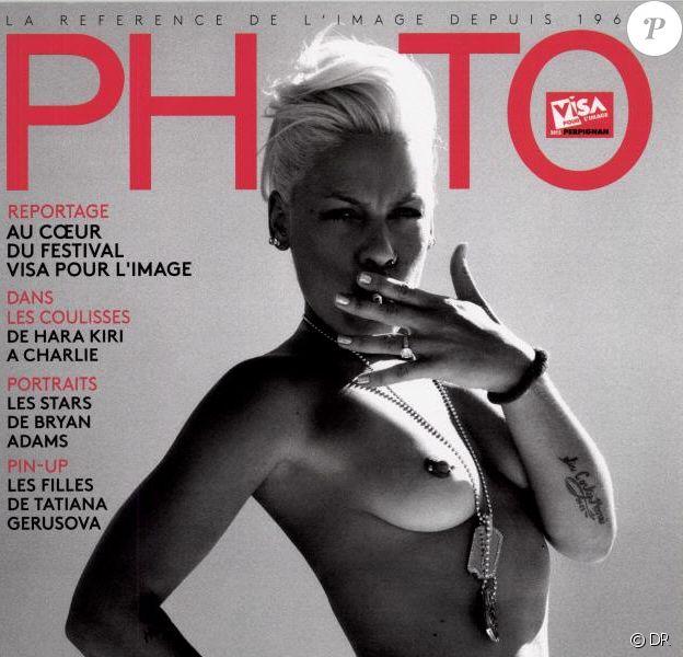 """Pink photographiée en 2006 par Bryan Adams. Couverture du magazine français """"Photo"""", en kiosques depuis le 4 septembre 2015."""
