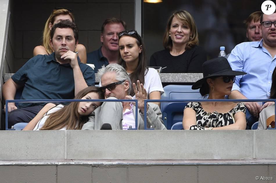Michael Douglas avec sa femme Catherine Zeta-Jones et leur fille Carys lors de la finale dame de l'US Open entre sa compagne Flavia Pennetta et Roberta Vinci à l'USTA Billie Jean King National Tennis Center de Flushing dans le Queens à New York le 12 septembre 2015