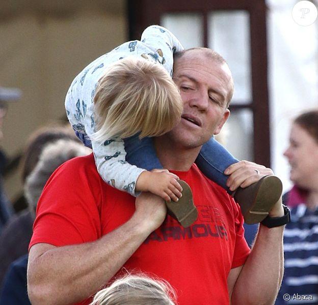 Mike Tindall s'est occupé de sa fille Mia, 1 an et demi, pendant que sa femme Zara Phillips était en compétition le 12 septembre 2015 au concours complet Whatley Manor Gatcombe à Gatcombe Park (Gloucestershire).