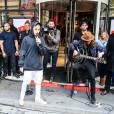 Justin Bieber chante devant les locaux de NRJ à Paris le 16 septembre 2015.
