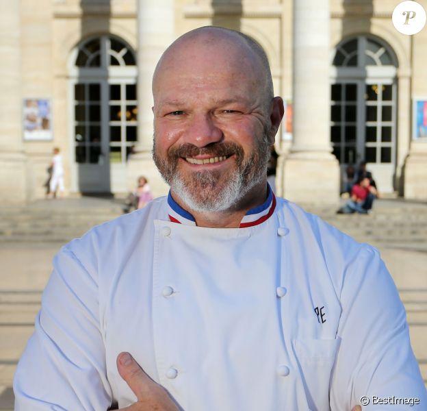 """Exclusif - Philippe Etchebest (Top Chef, Cauchemar en cuisine) pose devant son restaurant le """"Quatrième Mur"""" le jour de son ouverture, à Bordeaux le 8 septembre 2015."""