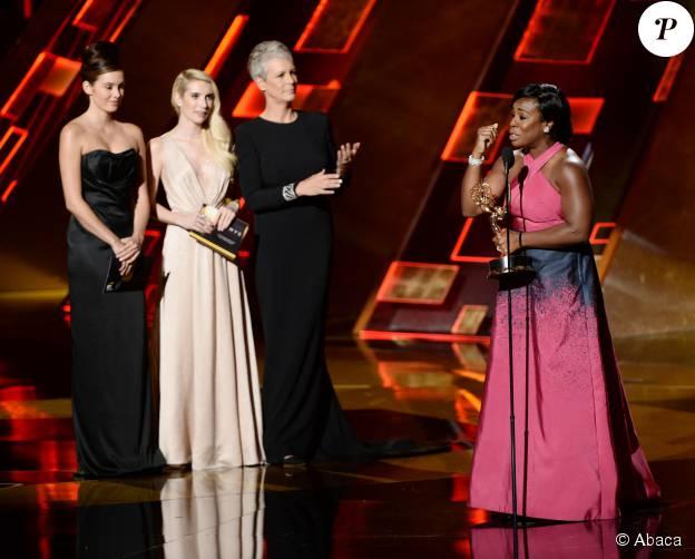 """Emma Roberts et Jamie Lee Curtis remettent à Uzo Aduba le trophée du meilleur second rôle féminin dans un série dramatique pour """"Orange is the New Black"""" à la 67e cérémonie des Emmy Awards à Los Angeles, le 20 setpembre 2015."""