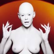 """Rose McGowan : Alien aux seins nus dans son premier clip, """"RM486"""""""