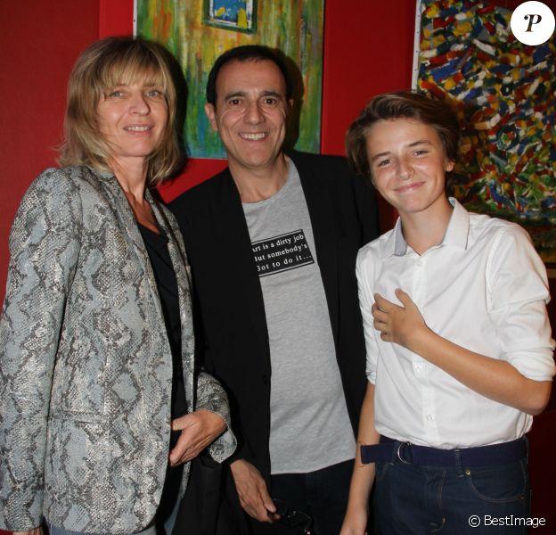 """Exclusif - Thierry Beccaro avec sa femme Emmanuelle et son fils Lucas - Vernissage de l'exposition de Thierry Beccaro sur le thème de la """"Promenade acrylique"""" à l'hôtel Renaissance à Paris le 21 septembre 2015."""