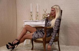 Amélie Neten : Businesswoman sexy, prête à lancer sa marque de vêtements !