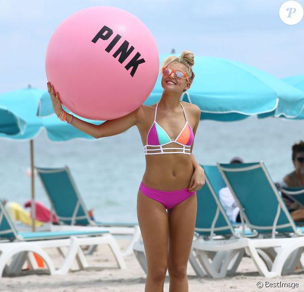 Exclusif - Rachel Hilbert surprise en plein shooting pour Victoria's Secret PINK sur la plage à Miami, le 27 septembre 2015.