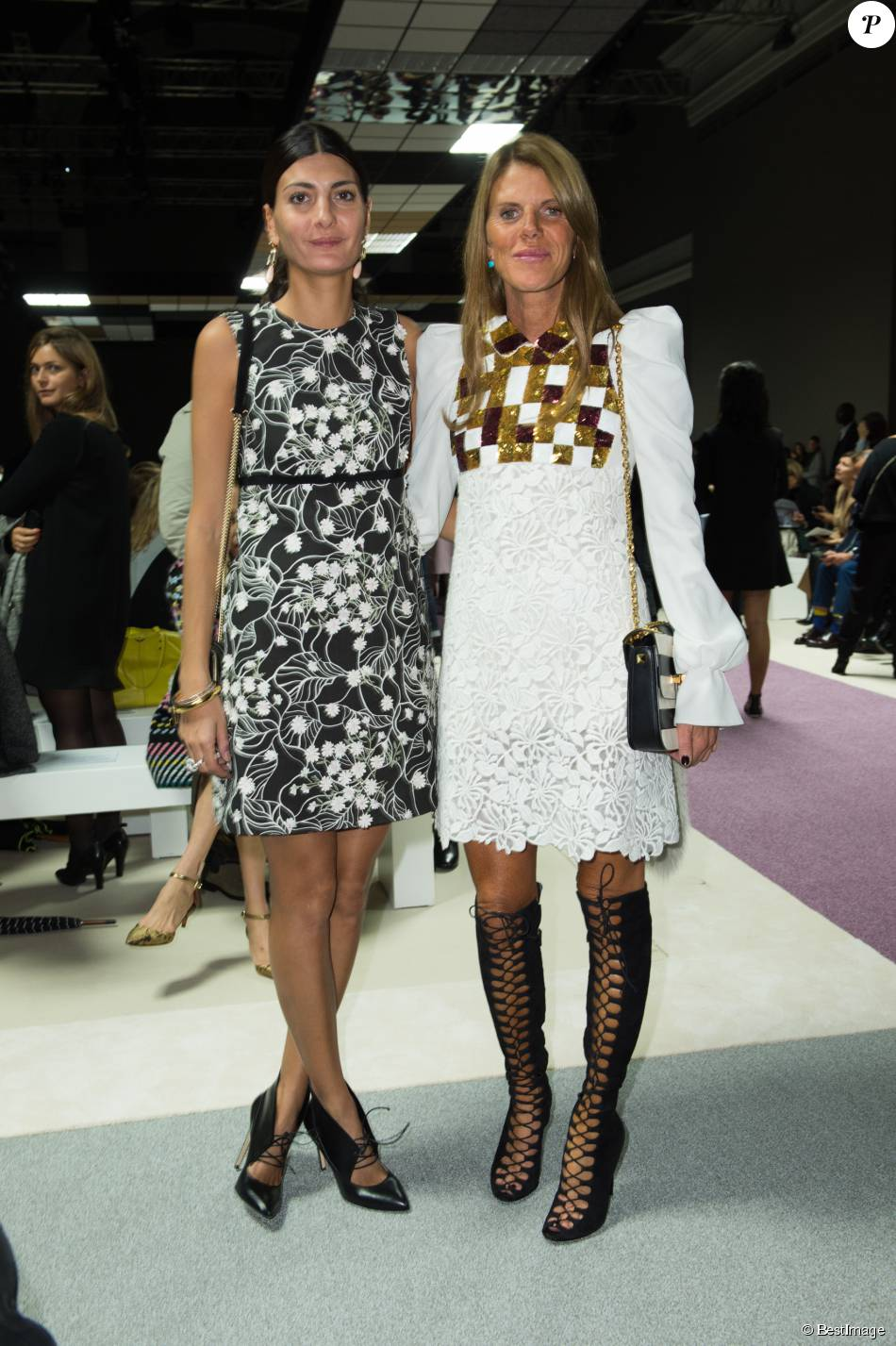 les ins parables giovanna battaglia et anna dello russo assistent au d fil giambattista valli. Black Bedroom Furniture Sets. Home Design Ideas