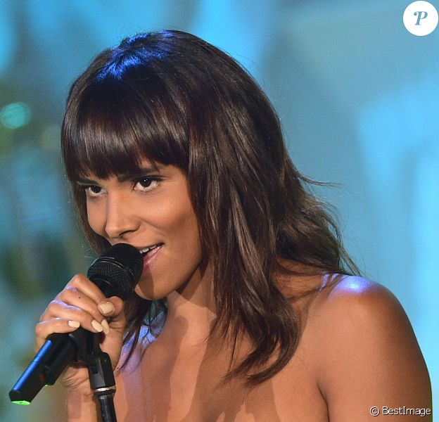 Shy'm lors de l'enregistrement de l'émission Les Années Bonheur présentée par Patrick Sébastien à La Plaine Saint-Denis le 22 septembre 2015, pour une diffusion le 10 octobre