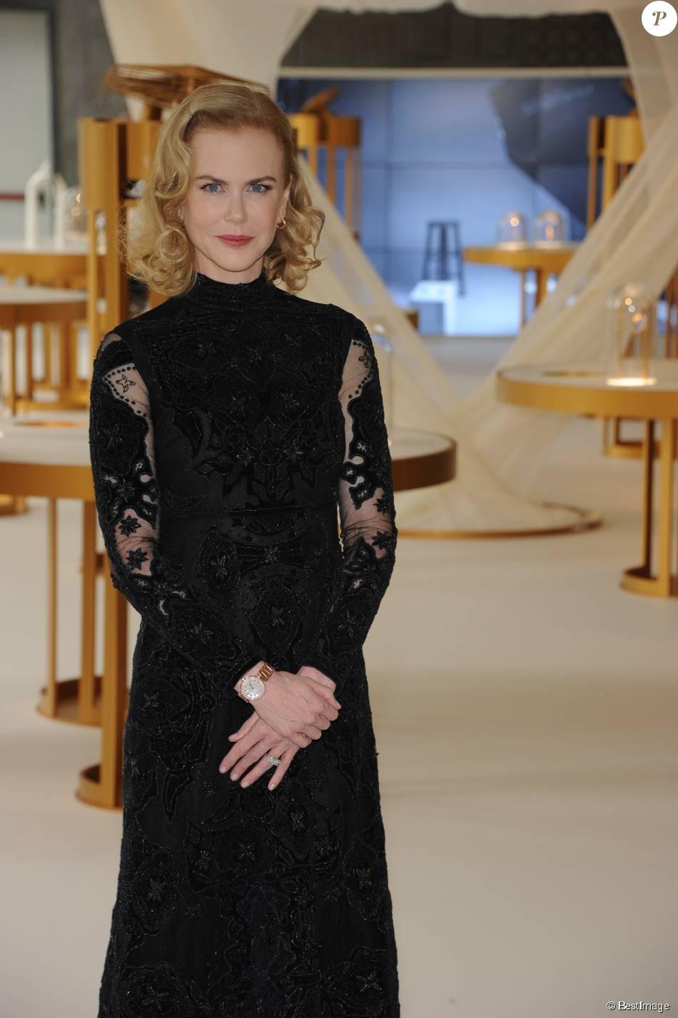 """Nicole Kidman inaugure l'exposition """"Omega, 100 ans de montres pour les femmes"""" à Milan le 16 septembre 2015."""