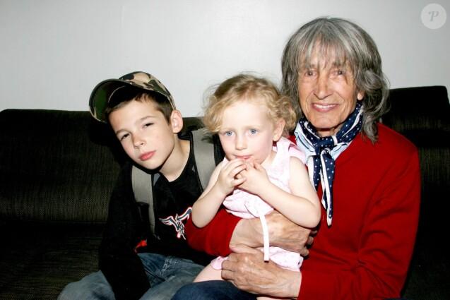 Leny Escudero et ses petits enfants. Portrait non daté.