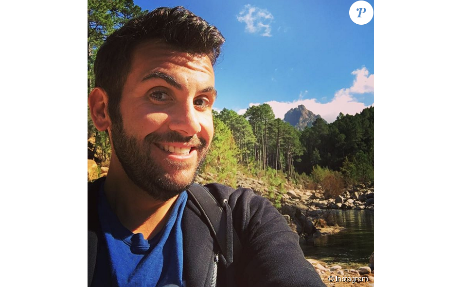 Laurent Ournac heureux en Corse lors du tournage d'un épisode de Camping Paradis
