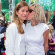 Anne Gravoin et Brigitte Trogneux, l'épouse d'Emmanuel Macron au défilé Christian Dior collection haute couture automne-hiver 2015-2016 au Musée Rodin à Paris, le 6 juillet 2015.