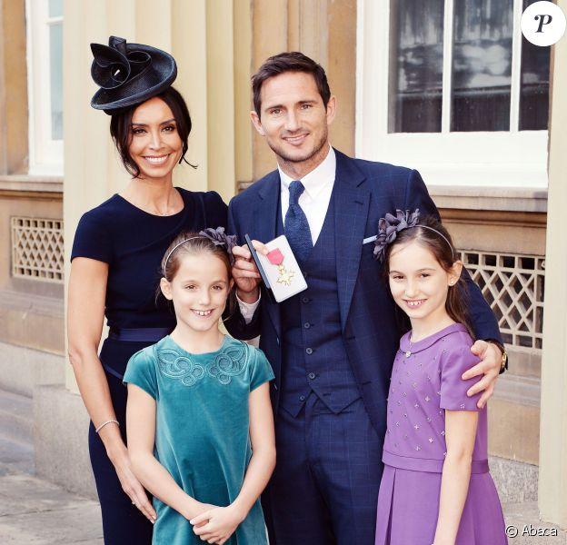 Frank Lampard avec sa compagne Christine Bleakley et ses filles Isla et Lunaaprès avoir été fait Officier de l'ordre de l'Empire Britannique, à Buckingham Palace à Londres, le 27 octobre 2015