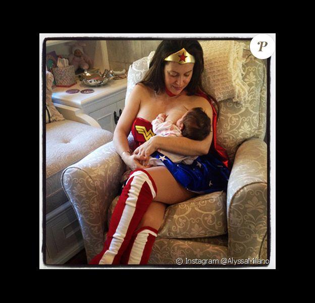 Alyssa Milano a ressorti de ses archives une photo datant de l'année dernière sur laquelle elle donne le sein à sa petite fille, alors âgée de quelques mois, déguisée en Wonder Woman.