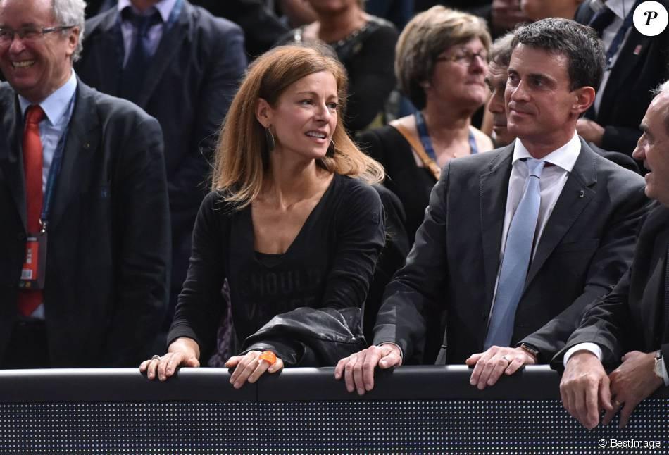 Anne Gravoin et son mari Manuel Valls lors de la demi-finale opposant Novak Djokovic à Stan Wawrinka lors du tournoi BNP Paribas Masters 2015 à l'AccorHotels Arena à Paris, le 7 novembre 2015.