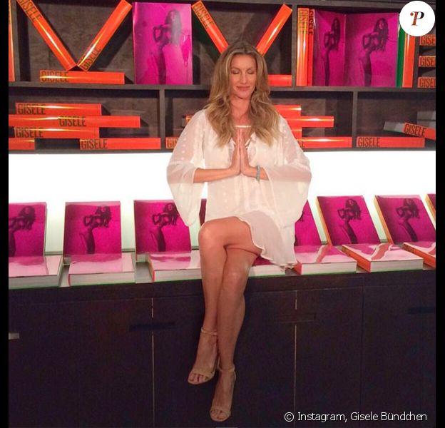 """Gisele Bündchen prête pour la séance de dédicaces de la sortie du livre """"Gisele"""" (aux éditions Taschen), retraçant ses 20 ans de carrière de mannequin. Saõ Paulo, le 6 novembre 2015."""