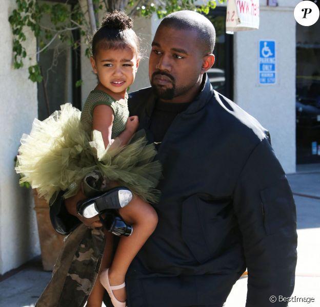 Kanye West va chercher sa fille North à son cours de danse à Los Angeles, le 11 novembre 2015