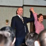 Bruce Willis, barbu et chevelu, triomphe à Broadway devant sa charmante épouse