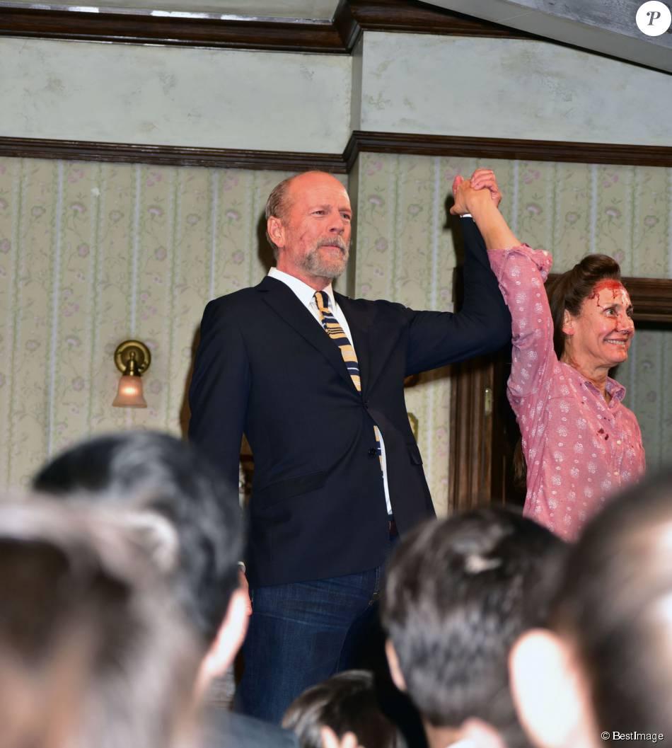 Bruce Willis et Laurie Metcalf, acclamés par les spectateurs, à la première de la pièce de théâtre 'Misery' à New York, le 15 novembre 2015. Deux fois vainqueur d'Emmy Award et deGolden Globe Award Bruce Willis fait ses débuts à Broadway aux côtés de la multi-primée Laurie Metcalf.