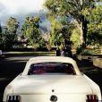 """Nathan Kress et sa chérie London Elise Moore se sont dit """"Oui"""" le 15 novembre 2015 lors d'une cérémonie en extérieure à Los Angeles. Ils sont arrivés à bord d'une superbe Mustang, à l'instar des parents de la mariée le jour de leur cérémonie de mariage / photo postée sur Instagram."""