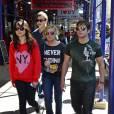 Carly Shay avec ses amis Miranda Cosgrove, Jennette McCurdy, Nathan Kress et Noah Munck dans les rues de New York, le 18 mai 2012