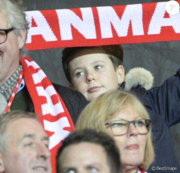 Le prince Frederik de Danemark et son fils le prince Christian (10 ans) ont assisté le 17 novembre 2015 au stade Parken à Copenhague au match retour de barrages pour l'Euro 2016 entre le Danemark et la Suède (2-2).