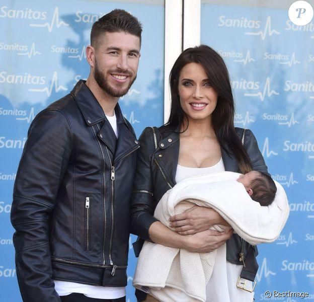 Sergio Ramos et sa compagne Pilar Rubio devant la maternité où a vu le jour Marco, leur second enfant, à Madrid, le 17 novembre 2015