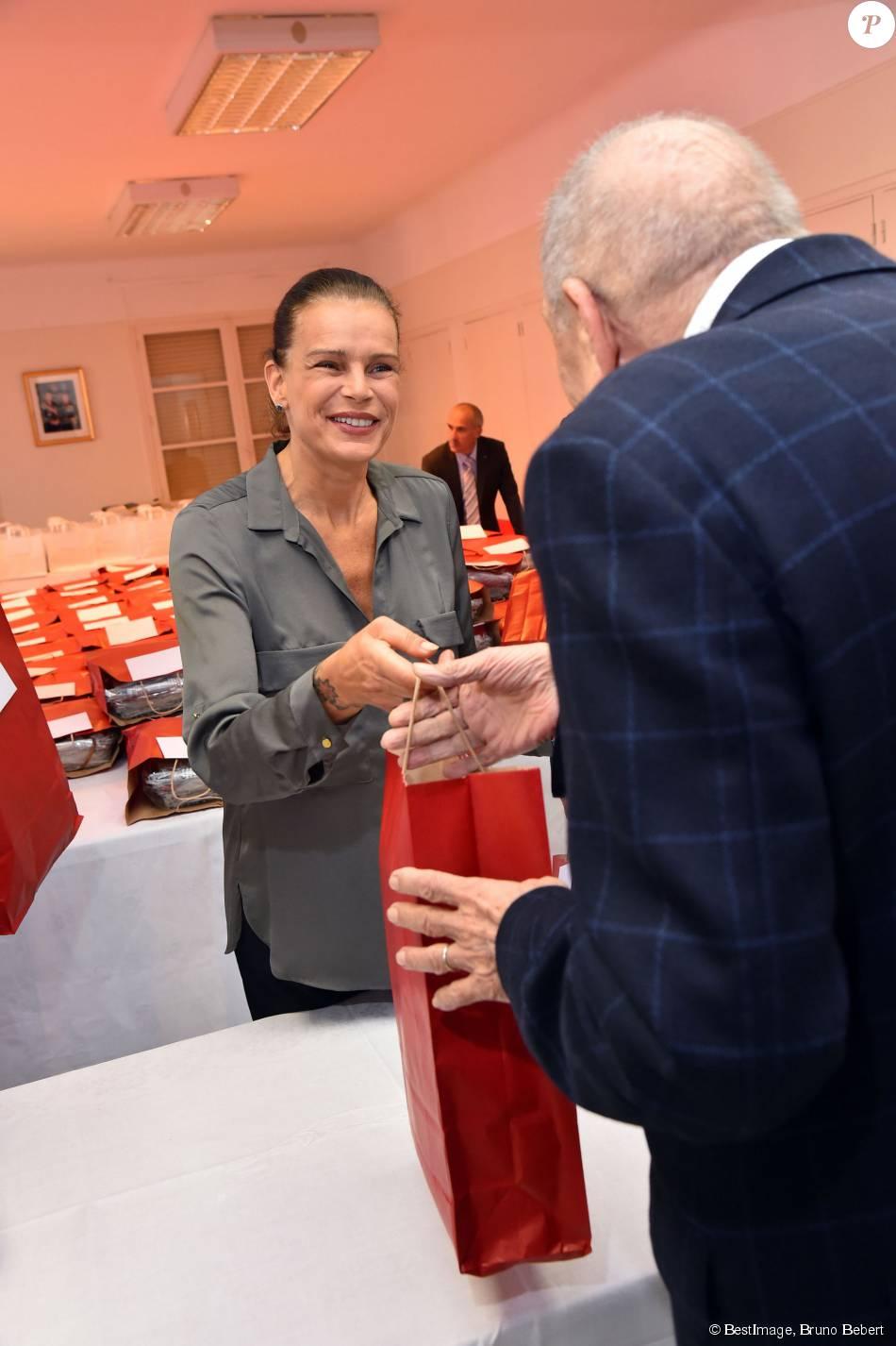 La princesse Stéphanie de Monaco participe à la traditionnelle remise de cadeaux aux seniors monégasques au Foyer Rainier III, dans le cadre de la Fête Nationale monégasque, à Monaco, le 18 novembre 2015. © Bruno Bebert / Bestimage