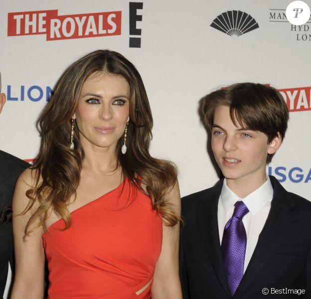 """Patrick Cox, Elizabeth Hurley (Liz Hurley) et son fils Damien Hurley - Première de la série """"The Royals"""" à Londres le 24 mars 2015"""