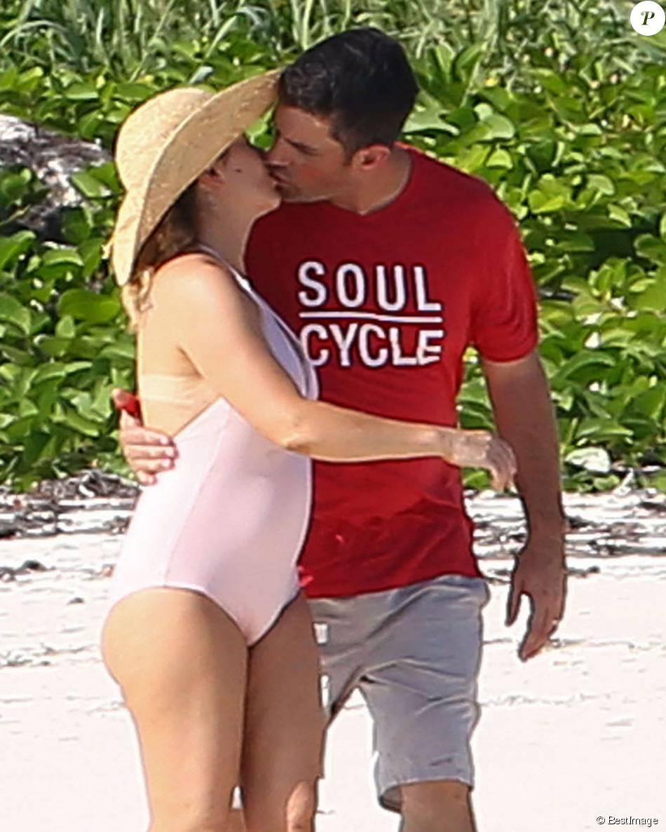Exclusif - L'actrice Alyssa Milano et son mari Dave Bugliari profitent d'une belle journée en amoureux sur une plage aux Bahamas, le 5 novembre 2015.