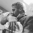 Le footballeur Guilherme Siqueira et son fils Arthur né le 18 novembre 2015.