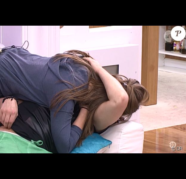 Emilie prend Rémi dans ses bras après avoir découvert son secret dans Secret Story 9