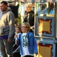 Gwen Stefani passe une journée à Disneyland avec ses enfants. Anaheim, le 27 novembre 2015.