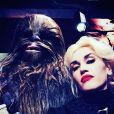 Chewbacca et Gwen Stefani à Disneyland. Anaheim, le 27 novembre 2015.