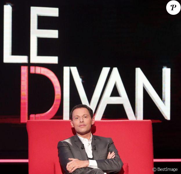 Exclusif - Marc-Olivier Fogiel a pris la place de ses invités dans le fameux fauteuil rouge de son émission Le Divan, à Paris le 13 mars 2015.
