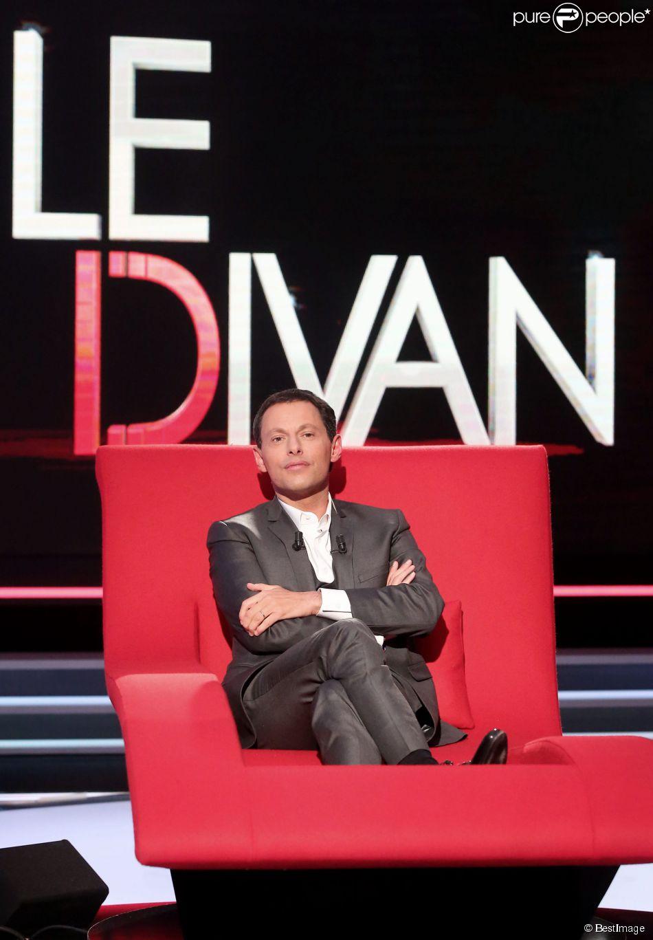 Exclusif - Marc-Olivier Fogiel a pris la place de ses invités dans le fameux fauteuil rouge de son émission  Le Divan , à Paris le 13 mars 2015.
