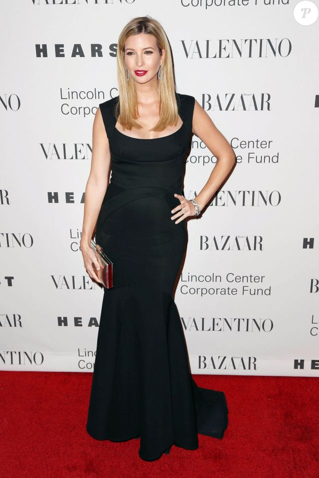 Ivanka Trump enceinte au gala de charité 'An Evening Honoring Valentino' à New York, le 7 décembre 2015 People attend 'An Evening Honoring Valentino' Lincoln Center Corporate Fund Gala at Alice Tully Hall at Lincoln Center on December 7, 2015 in New York07/12/2015 - New York